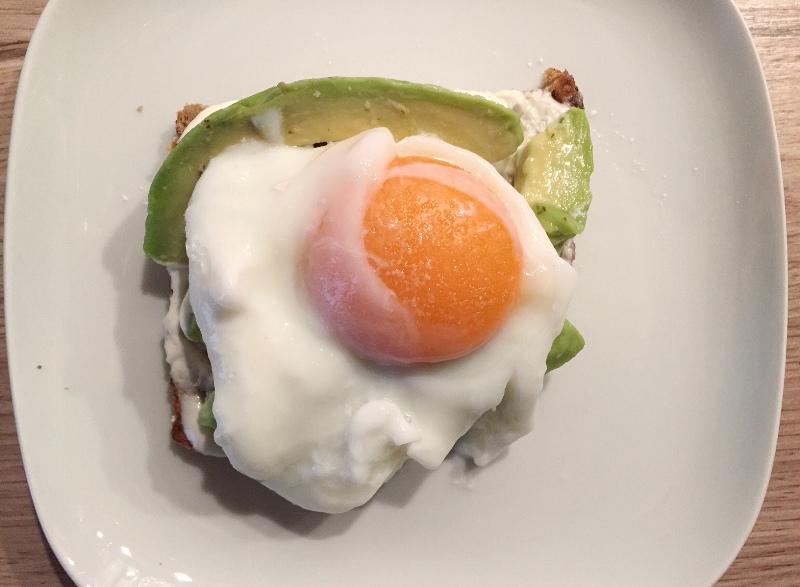 avocado toast uova in camicia poached egg